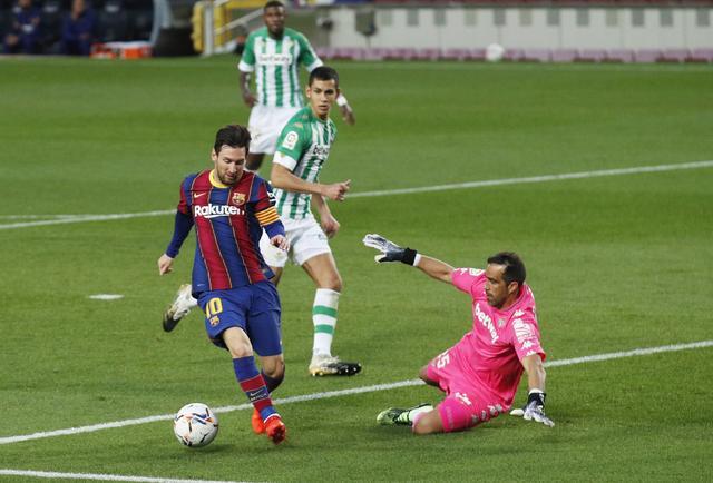 Messi ghi hai bàn sau khi vào sân từ ghế dự bị. Ảnh: Reuters.