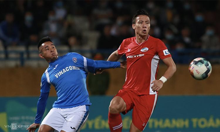 Que Ngoc Hai (เสื้อแดง) และ Viettel เป็นชัยชนะเพียงหนึ่งเดียวที่อยู่ห่างจากบัลลังก์ V-League  ภาพ: ลำทอ