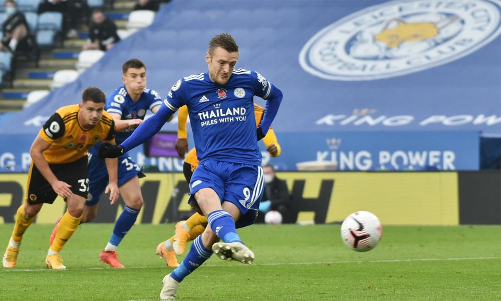 Vardy trong tình huống đá phạt đền thành công, mở tỷ số cho Leicester trước Wolves hôm 8/11. Ảnh: Reuters