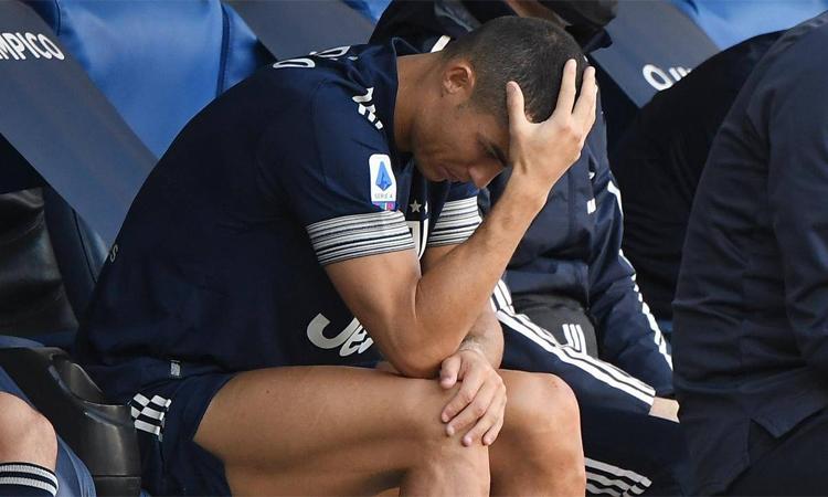 Ronaldo ôm mặt thất vọng sau khi phải rời sân do chấn thương ở trận hòa Lazio hôm 8/11. Ảnh: Reuters.