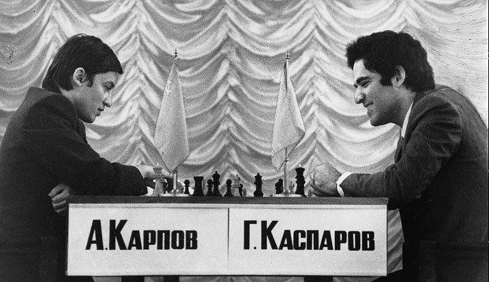 Garry Kasparov (phải) trong trận đấu với đàn anh hơn 12 tuổi - Anatoly Karpov - năm 1985. Ảnh: Chessential
