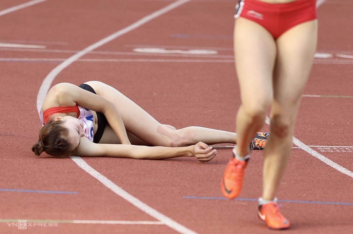 ... sau khi về đích đầu tiên ở nội dung 400m trên sân Mỹ Đình (Hà Nội) chiều 11/11. Ảnh: Kim Hòa.
