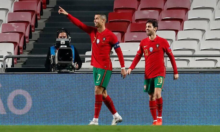 Ronaldo (số 7) ghi bàn thứ 746 trong sự nghiệp, san bằng thành tích của huyền thoại Ferenc Puskas. Ảnh: AP