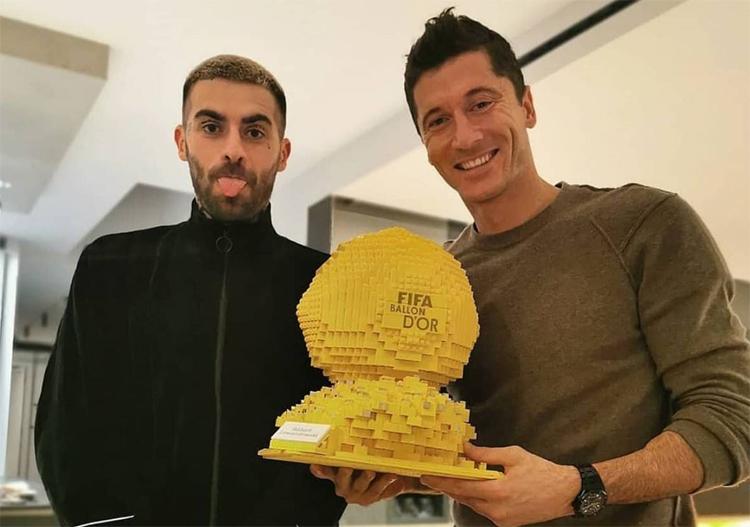 เลวานดอฟสกี้ได้รับลูกบอลทองคำจากแฟน ๆ ที่เป็นสัญลักษณ์ของเลโก้  ภาพ: Instagram / Robert Lewandowski