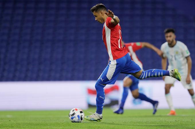 Romero mở tỷ số cho Paraguay. Ảnh: Reuters.