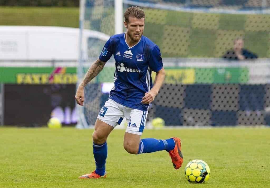 กองหลัง Geertsen เป็นชาวเดนมาร์กเล่นให้ Lyngby ตั้งแต่ปี 2018 ในการแข่งขันชิงแชมป์แห่งชาติเดนมาร์ก