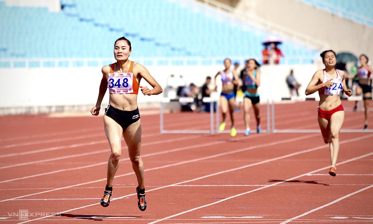 Quách Thị Lan (trái) về nhất trên đường chạy 400m rào nữ sáng 14/11. Ảnh: Kim Hoà