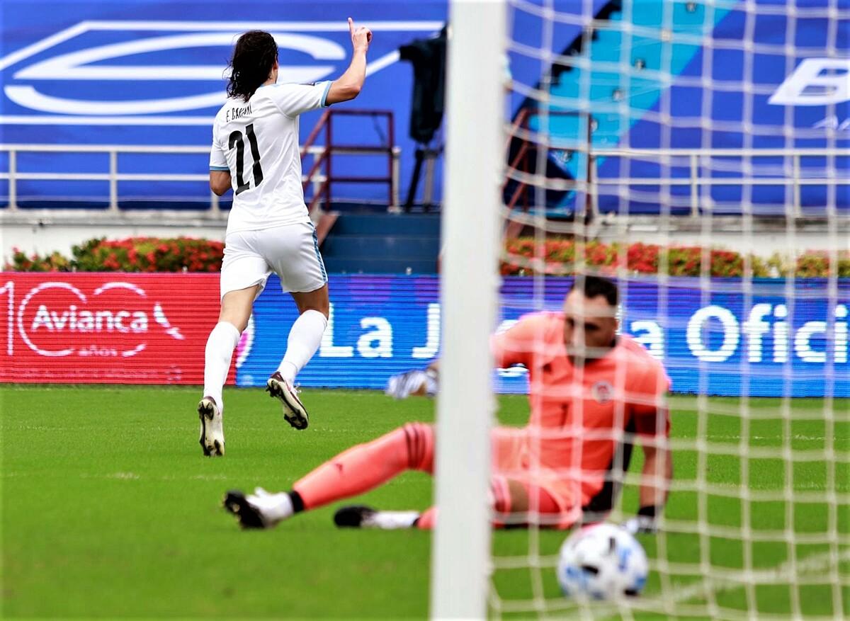 คาวานี่ฉลองเปิดประตูในนาทีที่ 5  ภาพ: Selección Uruguaya
