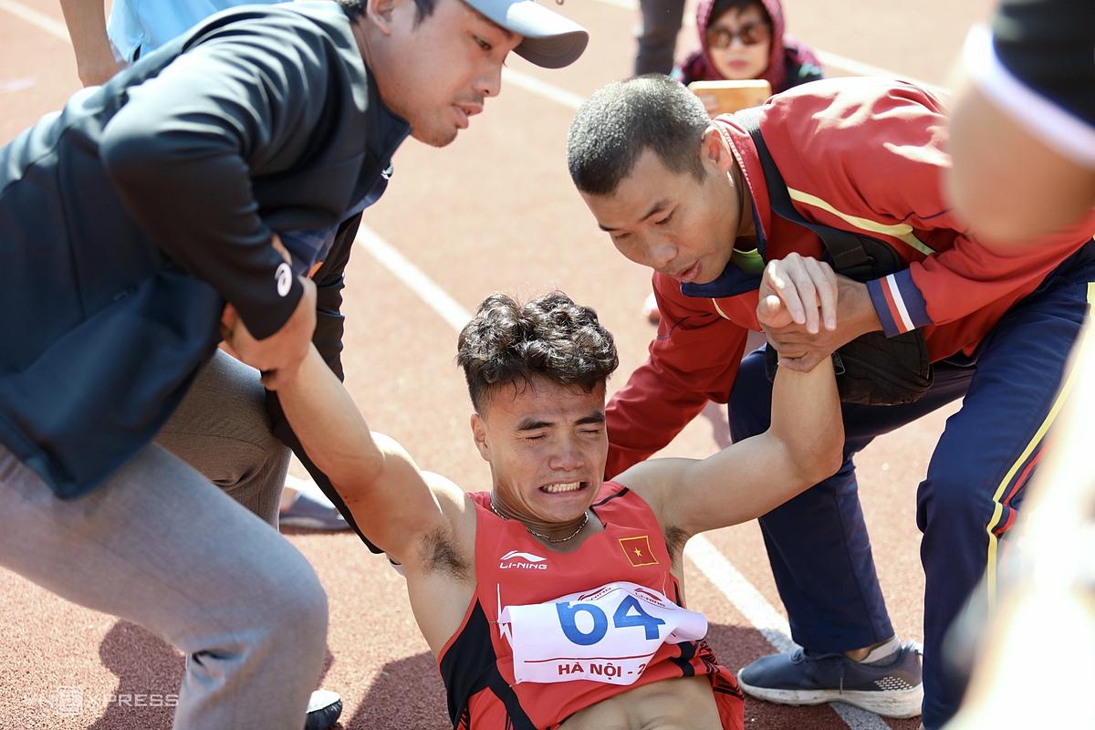Ngần Ngọc Nghĩa được trợ giúp sau khi về đích nội dung 200m nam sáng 14/11. Ảnh: Kim Hoà