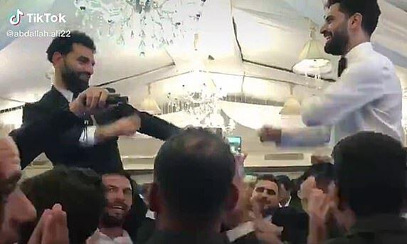 โมฮาเหม็ดซาลาห์ (ซ้าย) เต้นรำในงานเลี้ยงแต่งงานของพี่ชายของเขา Nasr Salah  ภาพหน้าจอ