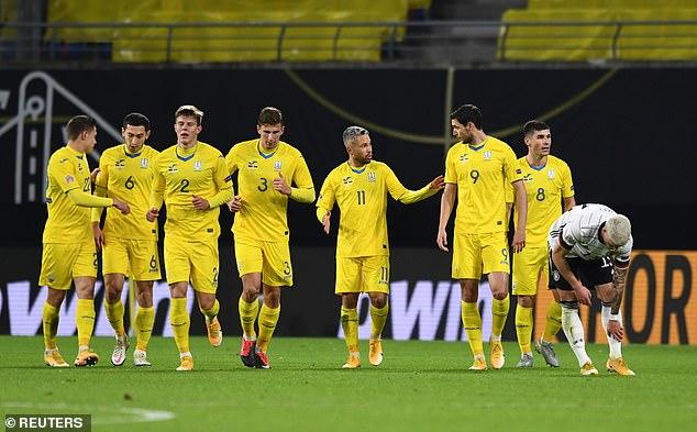 Ukraine (áo vàng) gây bất ngờ bằng bàn dẫn trước. Ảnh: Reuters.