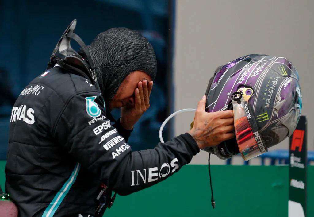 Hamilton khóc sau khi thắng Grand Prix Thổ Nhĩ Kỳ qua đó lần thứ bảy vô địch F1. Ảnh: AP