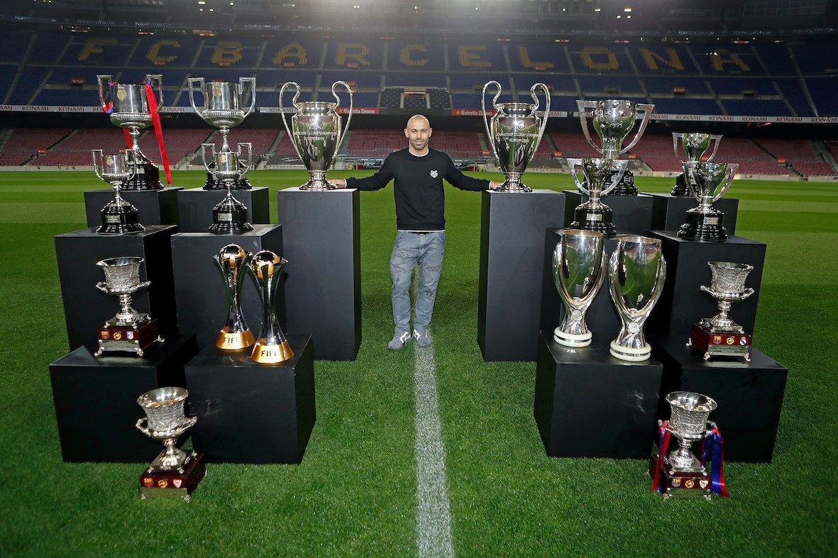 Mascherano ถ่ายภาพถ้วยรางวัลที่ชนะกับ Barca  ภาพ: BFC.