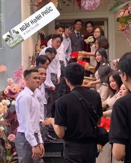 Các tuyển thủ Việt Nam hoàn tất việc trao bảy tráp cho nhà gái.