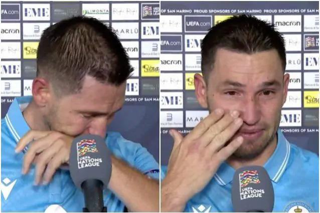 Rossi liên tục khóc trong lúc trả lời phỏng vấn sau trận đấu tối 14/11. Ảnh chụp màn hình.
