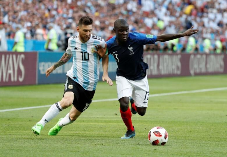 Messi đối đầu Kante trong trận Pháp thắng Argentina 4-3 ở World Cup 2018. Ảnh: Reuters.
