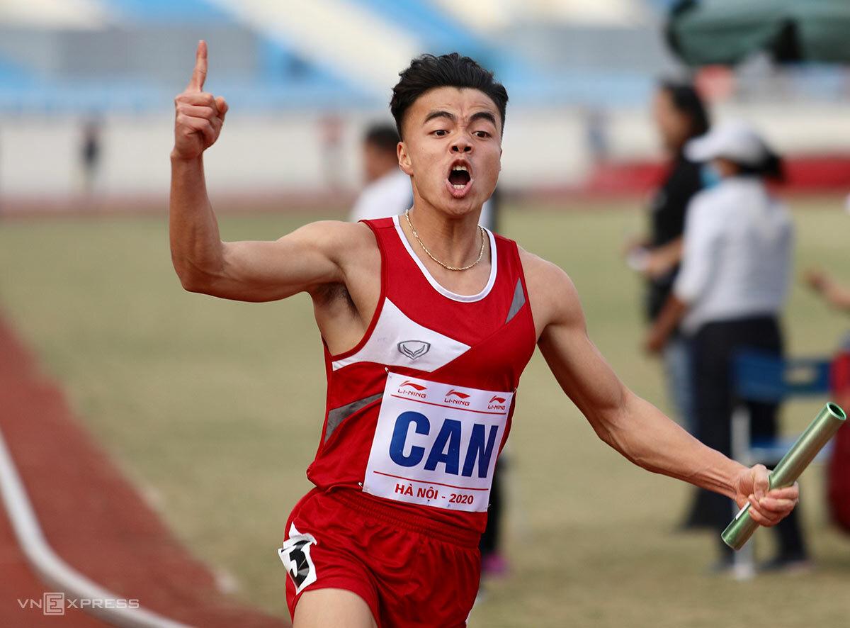 Ngọc Nghĩa phấn khích khi giúp đội CAND giành HC vàng ở nội dung tiếp sức 4x100m. Ảnh: Kim Hòa.