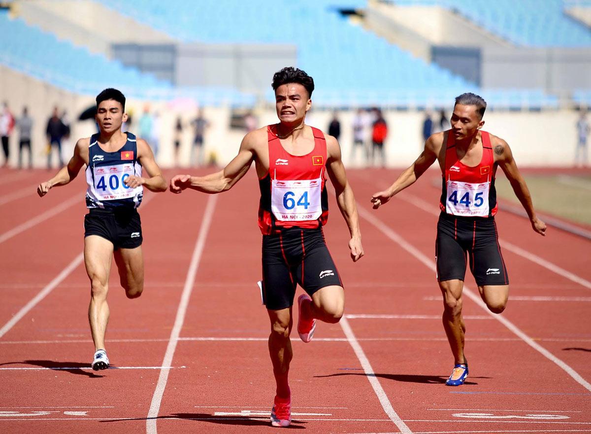 Ngần Ngọc Nghĩa giúp đội CAND chiến thắng ở nội dung 100m tại giải vô địch quốc gia 2020 trên sân Mỹ Đình (Hà Nội). Ảnh: Kim Hòa.