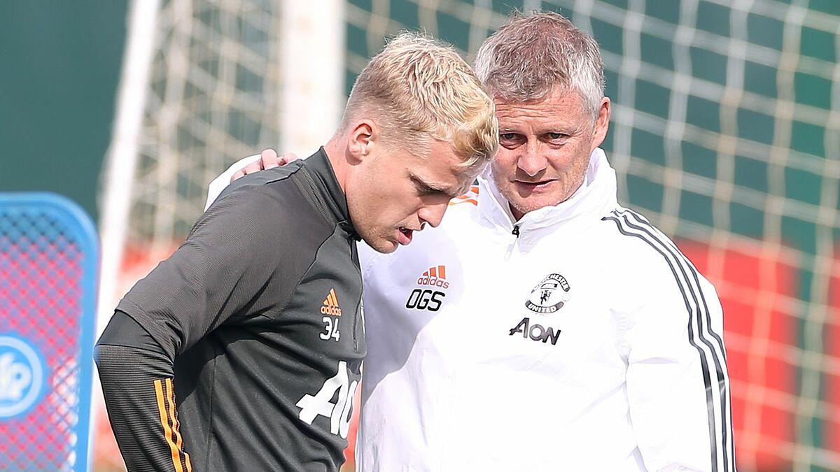 โค้ช Solskjaer แนะนำ Van De Beek มือใหม่ในสนามซ้อมของ Man Utd  ภาพ: สกายสปอร์ต.