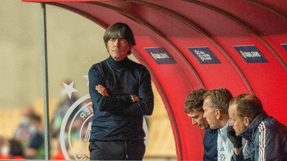 Low đứng bên trong khu kỹ thuật của tuyển Đức, chứng kiến đội nhà chịu thất bại 0-6 trên đất Tây Ban Nha ở Nations League. Ảnh: Imago.