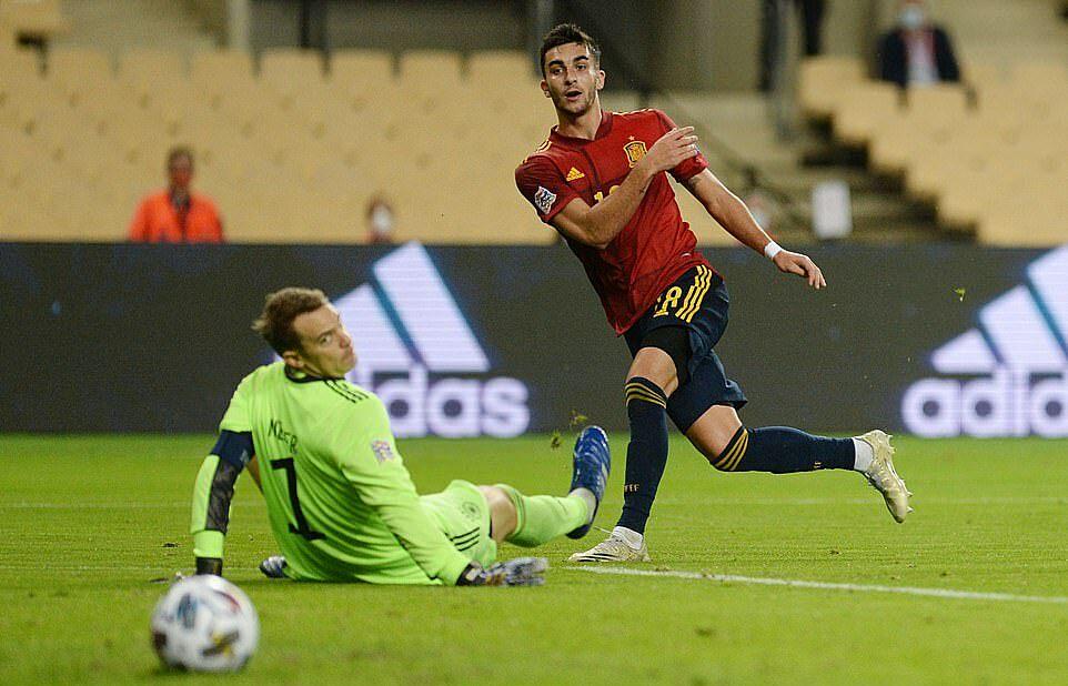 Neuer (trái) cùng đồng đội ở tuyển Đức từng thắng Brazil 7-1 ở World Cup 2014, nay phải chịu trận thua cũng có cách biệt 6 bàn. Ảnh: AFP.