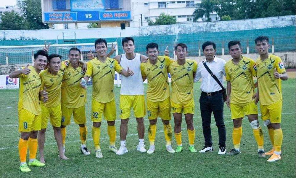 Ông Huỳnh Hoàng Trường chia vui với các cầu thủ Gia Định FC sau trận play-off thắng CAND 1-0 hôm 16/11. Ảnh: Gia Định FC