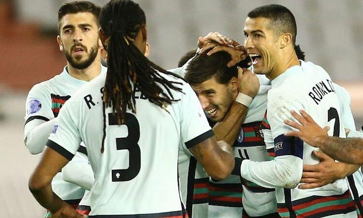 Dias hân hoan khi mang về chiến thắng cho đội nhà. Ảnh: Reuters.