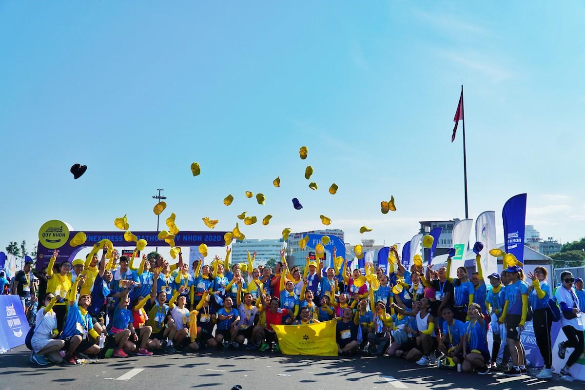 Một nhóm chạy về đích VM Quy Nhơn 2020.