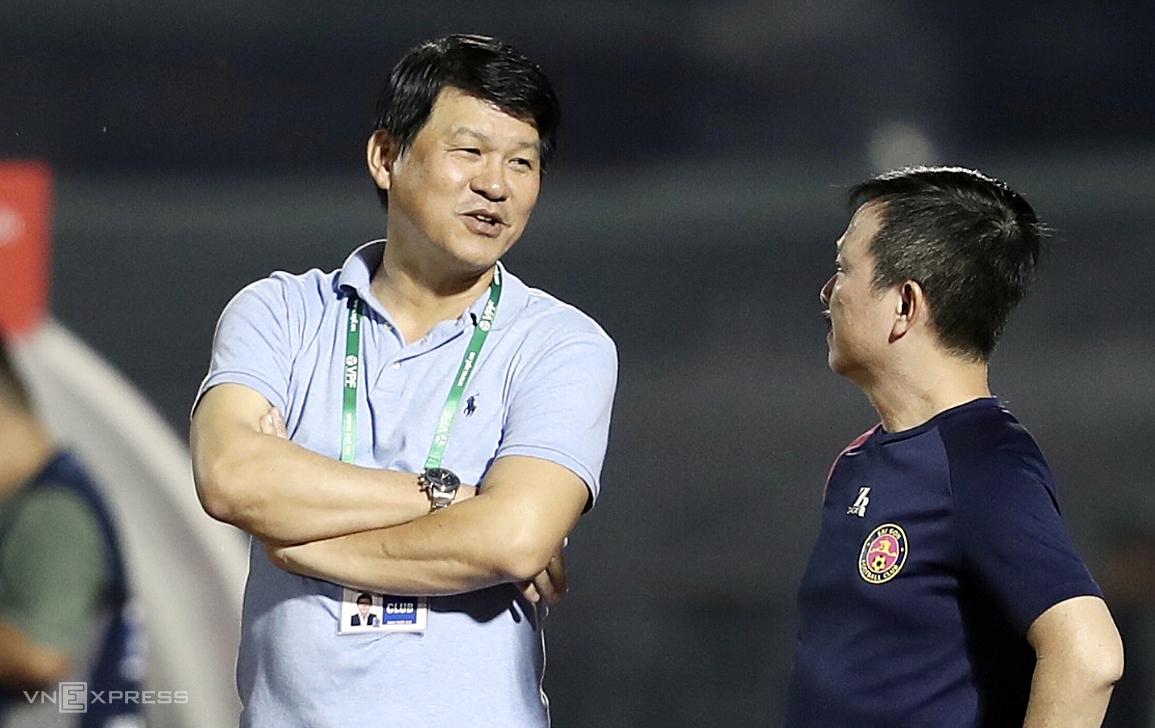 โค้ช Vu Tien Thanh ปฏิเสธข้อมูลที่ว่าเขาไปตอนกลางคืนเพื่อลากผู้เล่นในทีมอื่น  ภาพ: Duc Dong