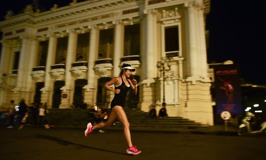 Cung đường chạy đêm VnExpress Marathon đi qua nhiều điạ điểm bổi bật trong khu phố cổ Hà Nội. Ảnh: Trailer VnExpress Marathon