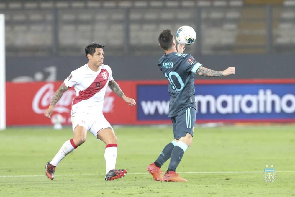 Messi đỡ bóng trước một cầu thủ chủ nhà. Ảnh: AFA.