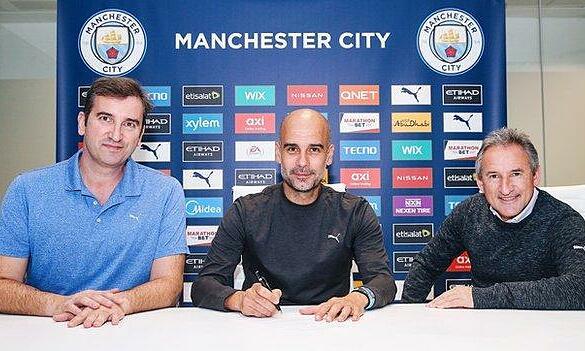 Guardiola (giữa) ký hợp đồng cùng CEO Soriano (trái) và Begiristain (phải). Ảnh: ManCity.com