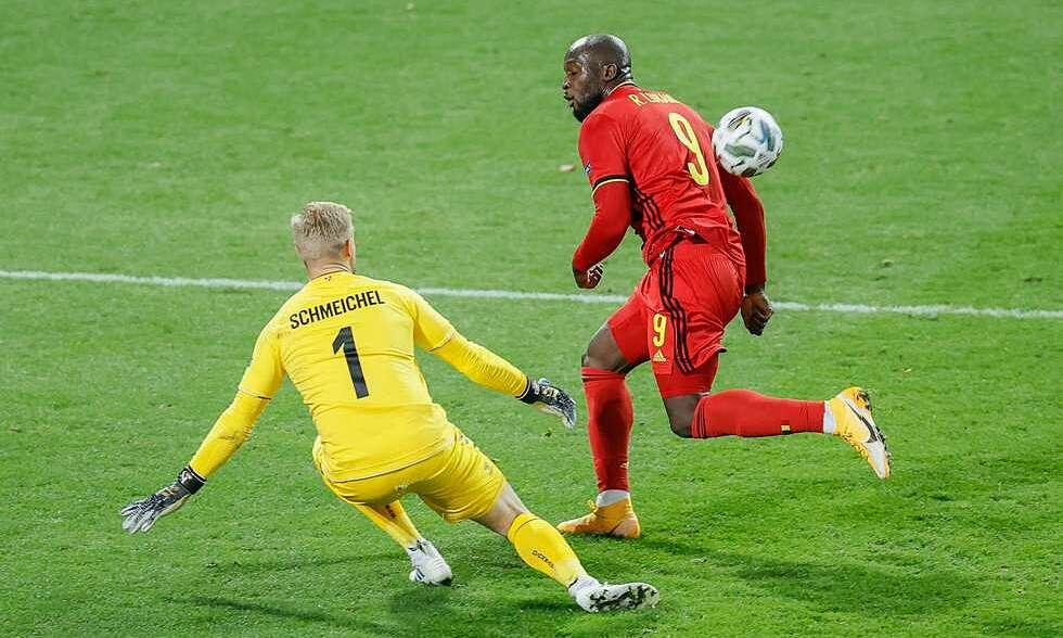 Lukaku nâng tỷ số lên 2-1 trong pha đối mặt Schmeichel. Ảnh: Belga
