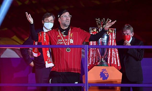 Klopp trên bục nhận cup vô địch Ngoại hạng Anh mùa trước. Ảnh: PA.