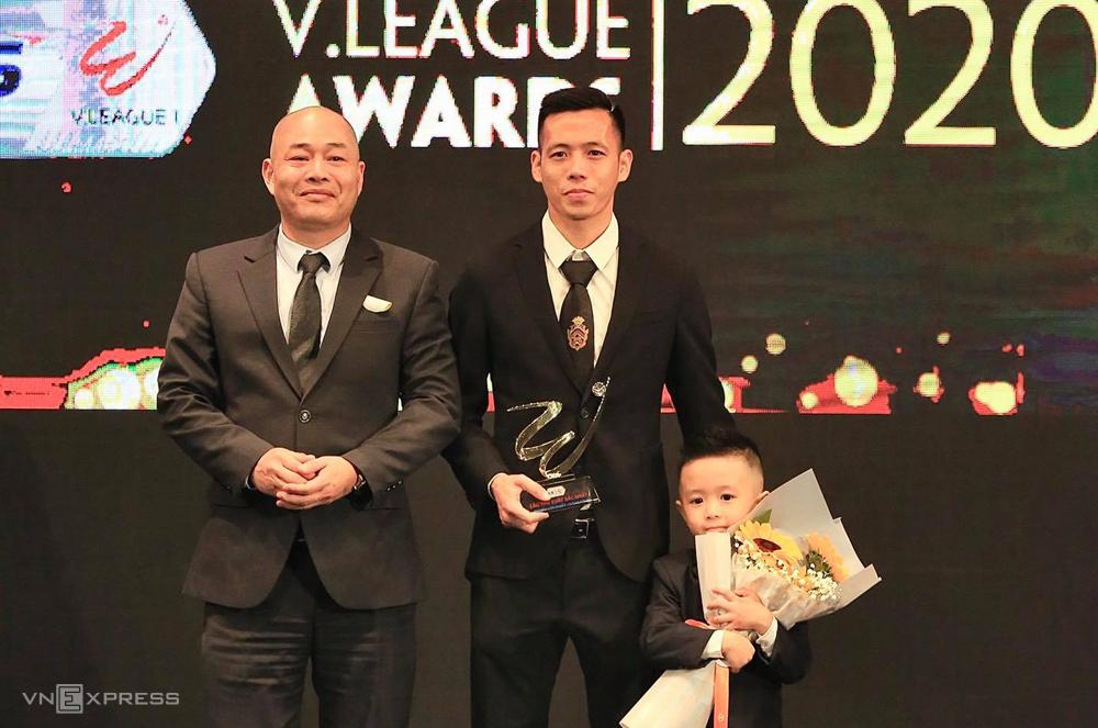 Văn Quyết đưa con trai lên cùng nhận thưởng tại Trung tâm văn hoá Âu Cơ tối 20/11.