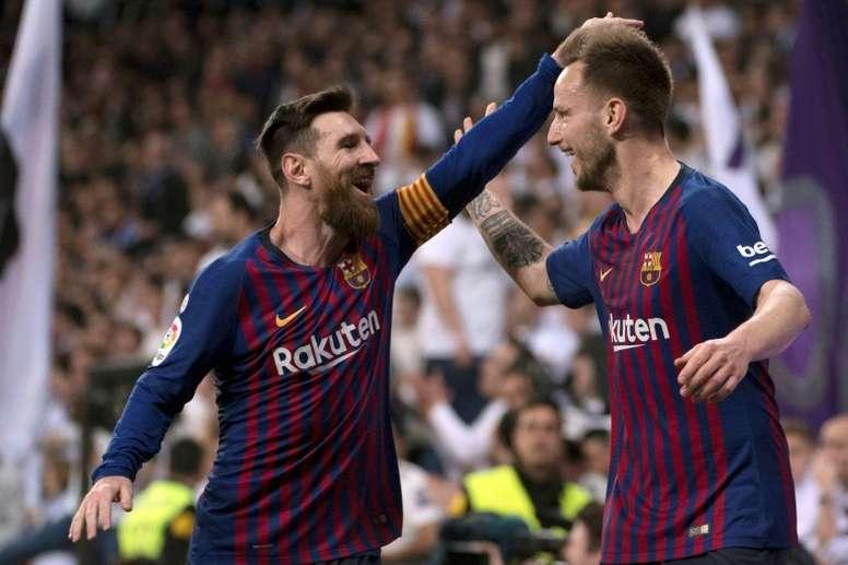Rakitic (phải) và Messi chia vui trong thời gian còn cùng khoác áo Barca. Ảnh: AFP.