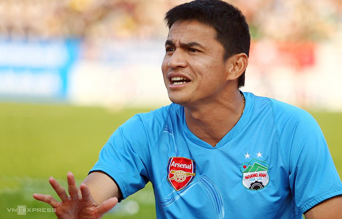 โค้ชเกียรติศักดิ์ขณะนำ HAGL ใน V-League 2010 ภาพ: Duc Dong.