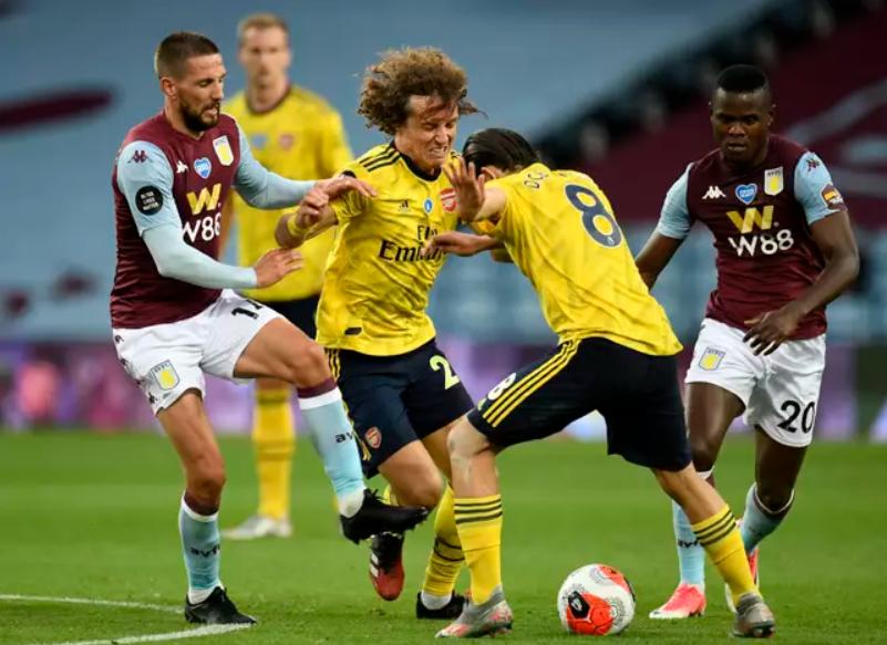 Luiz (số 2) và Ceballos (số 8) trong tình huống ở trận thắng Aston Villa ngày 22/9/2019. Ảnh: PA