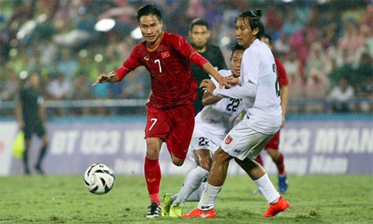 Triệu Việt Hưng (số 7) đi bóng qua người trong trận giao hữu giữa U22 Việt Nam với U22 Myanmar trên sân Phú Thọ ngày 7/6/2019. Ảnh: Lâm Thoả