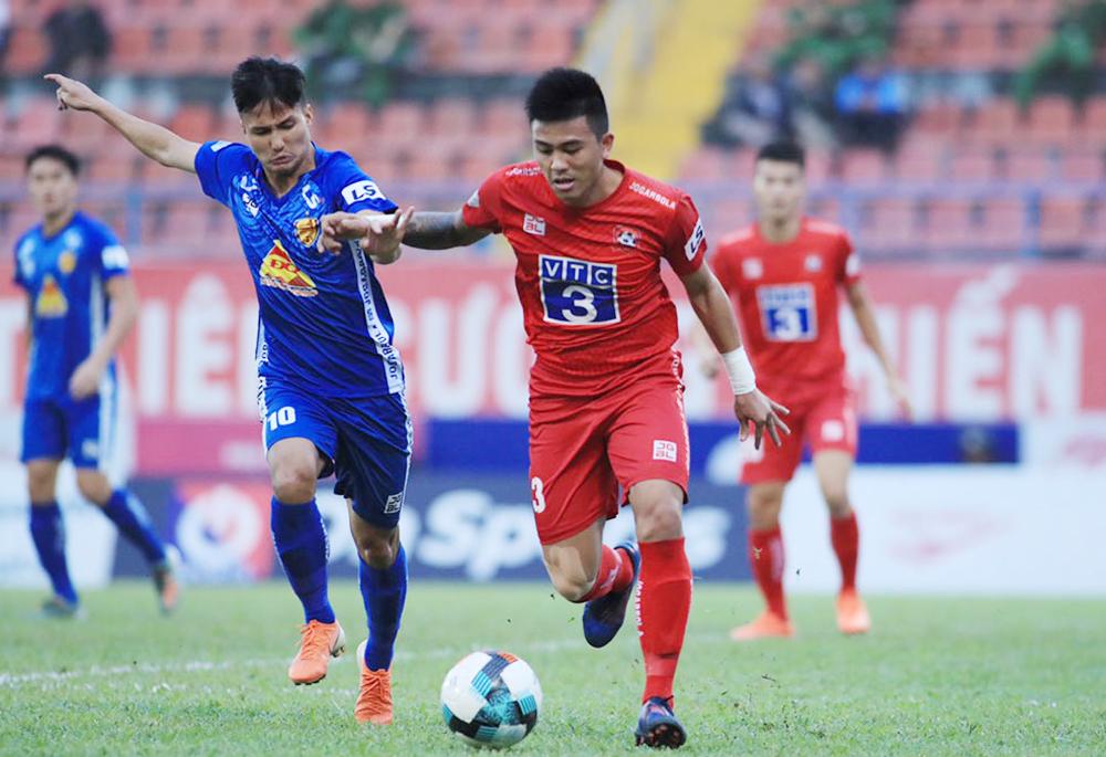 Quảng Nam (áo xanh) phải xuống hạng dù trận cuối V-League 2020 thắng Hải Phòng 4-2.