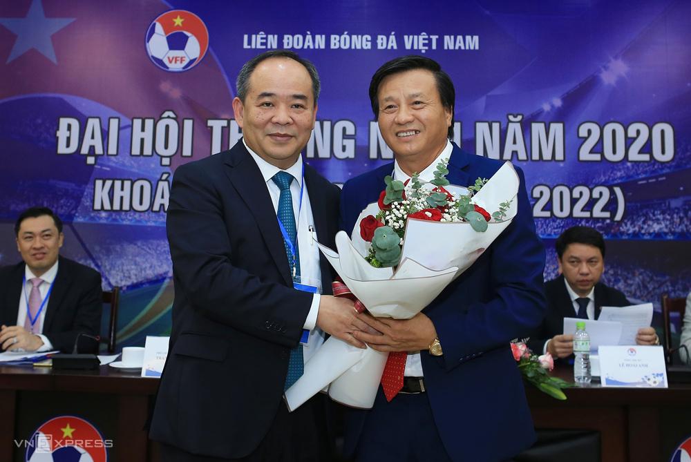 Mr. Le Van Thanh (ขวา) รับดอกไม้แสดงความยินดีกับ Le Khanh Hai ประธาน VFF
