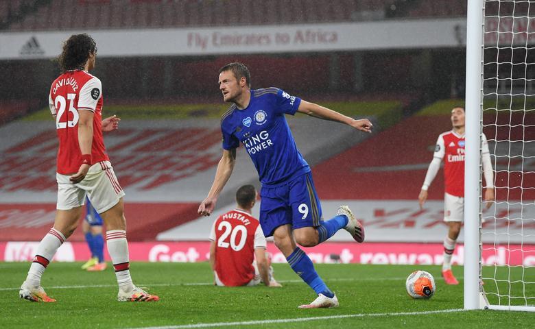 Vardy (áo xanh) đã ghi tám bàn trong bảy trận Ngoại hạng Anh mùa này. Ảnh: Reuters.
