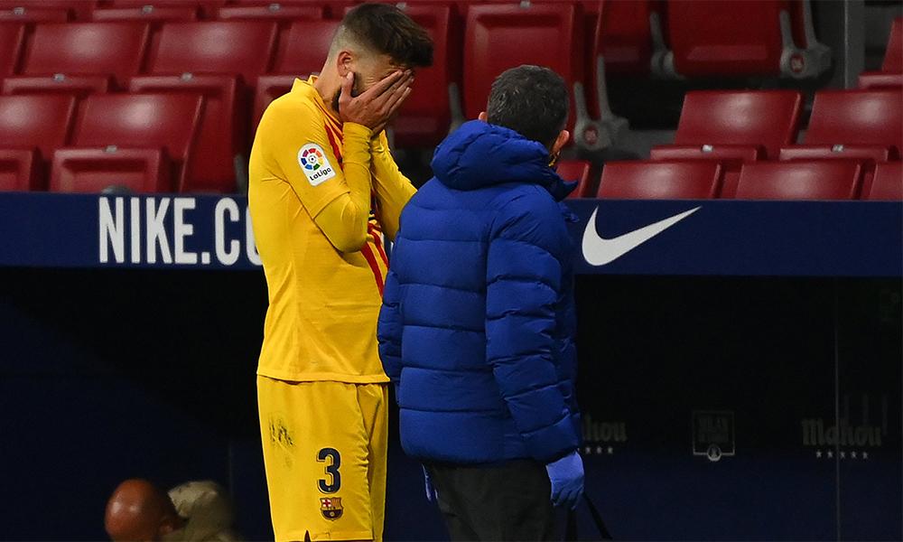 Pique ôm mặt khóc khi ra ngoài đường biên. Ảnh: Barca Universal