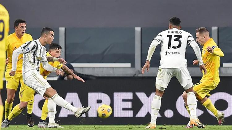 Ronaldo trong tình huống mở tỷ số ở phút 38. Anh ghi hai bàn từ năm lần dứt điểm, đạt tỷ lệ chuyền bóng chính xác 91% và được Whoscored chấm 9,1 điểm - cao nhất trong trận đấu. Ảnh: ANSA
