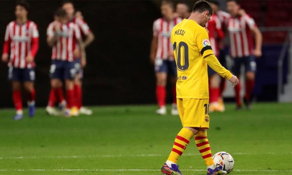 Messi lầm lũi tiến đến chỗ giao bóng sau khi Atletico mở tỷ số trên sân Wanda Metropolitano hôm 21/11. Ảnh: EFE