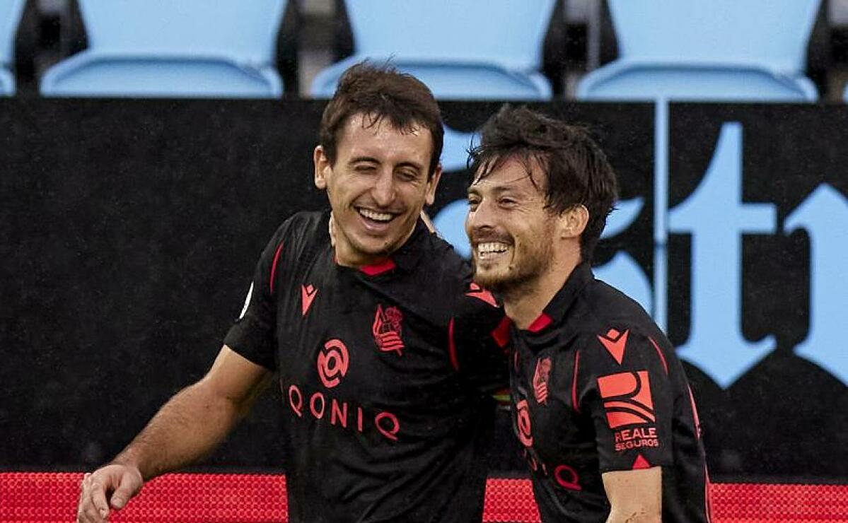 ดาวิดซิลวา (ขวา) แสดงความยินดีกับโอยาร์ซาบาลหลังทำประตูในเกมชนะเซลตาบีโก 4-1 ของโซเซียดัดเมื่อวันที่ 1 พฤศจิกายน  ภาพ: EFE