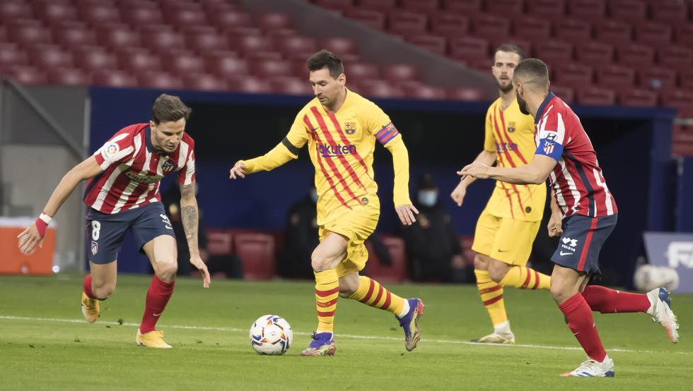 Hàng thủ Atletico vô hiệu hóa Messi.