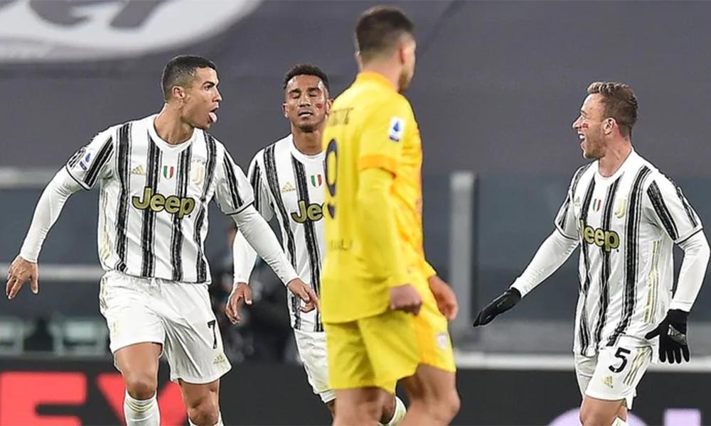 Ronaldo chia vui với Arthur (phải) sau khi nâng tỷ số lên 2-0 cho Juventus. Ảnh: ANSA