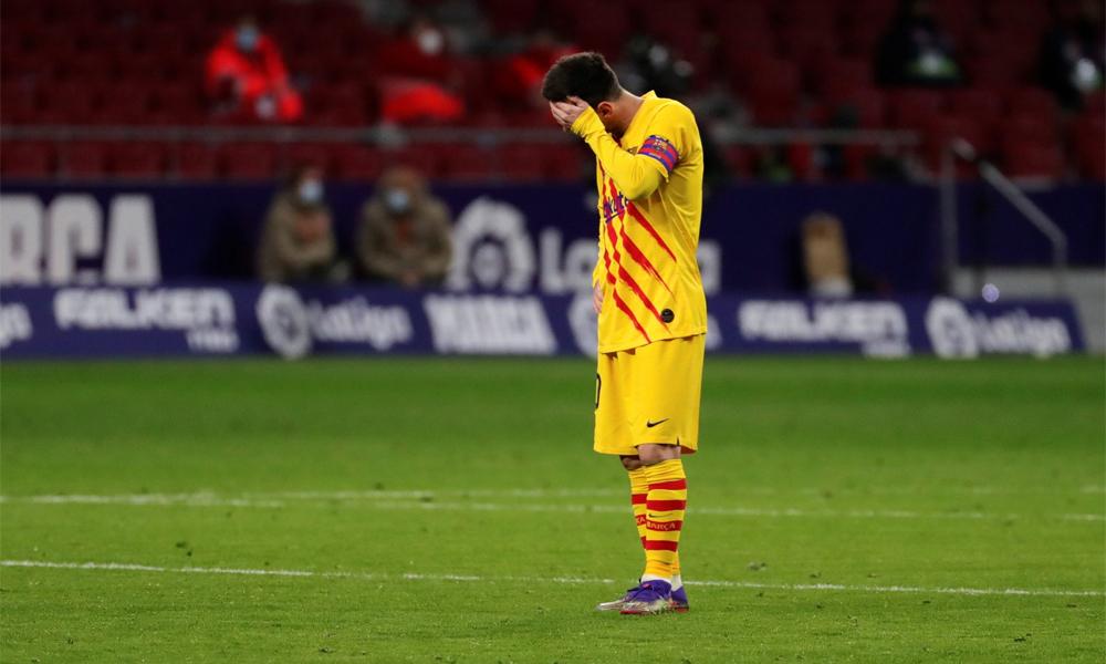 เมสซี่ก้มหน้าด้วยความผิดหวังหลังเป่านกหวีดแอตเลติโกมาดริด 1-0 บาร์ซ่าที่แวนด้าเมโทรโปลิตาโน่สนามมาดริดเมื่อวันที่ 21 พฤศจิกายน  ภาพ: EFE