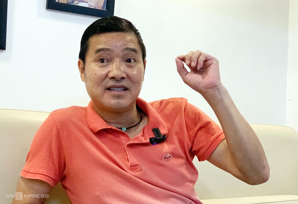 Cựu tuyển thủ Hồng Sơn trong cuộc trò chuyện với VnExpress. Ảnh: An Ngọc.